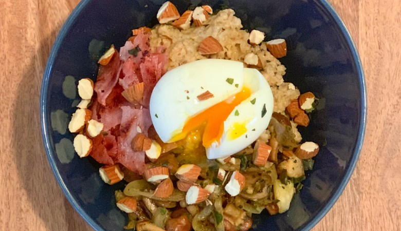 Porridge salé aux champignons, bacon et oeuf mollet