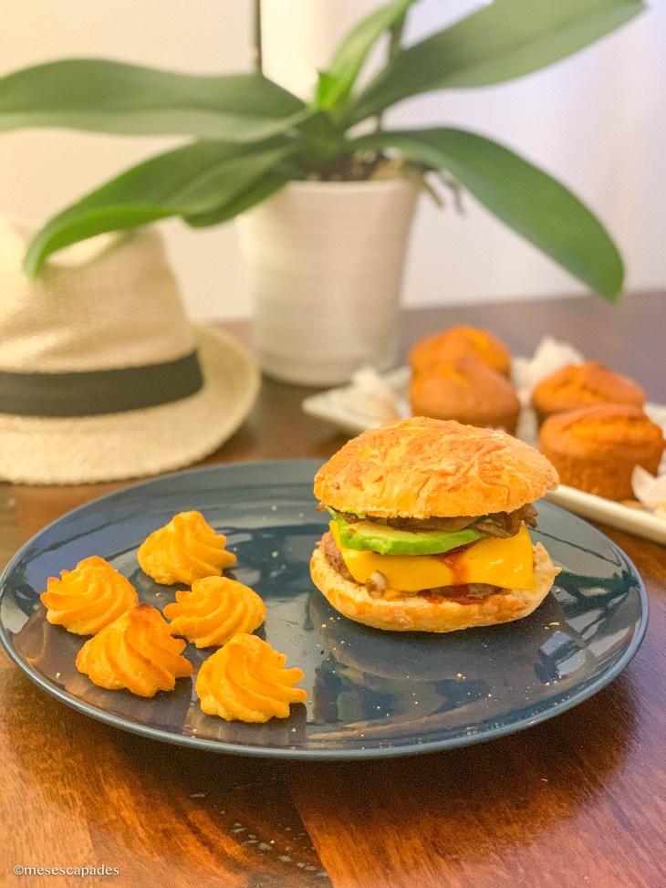 recette délicieuse d'un cheeseburger bacon et avocat