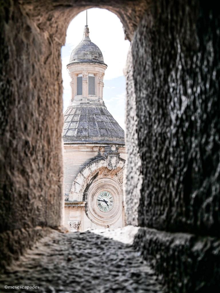 Vue sur la tour de l'horloge de Nîmes