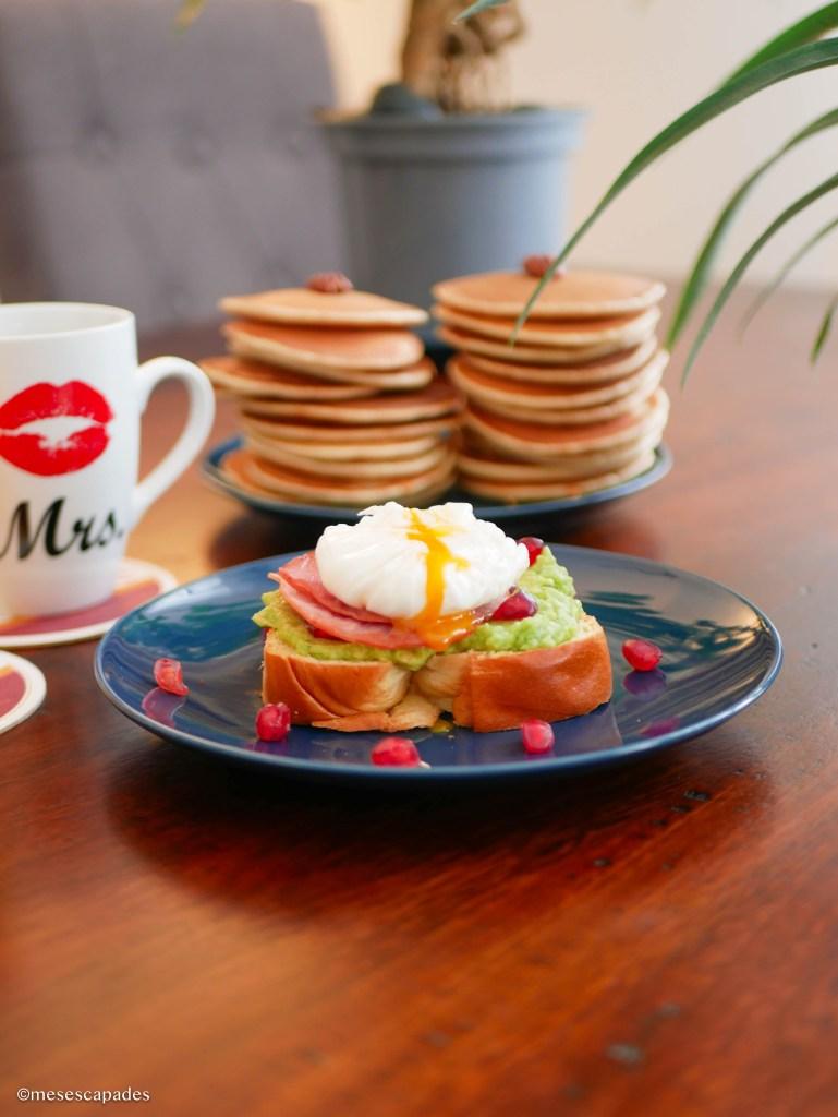 Avocado Toast avec Grenade, oeuf poché & Pancakes