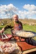 Tauno teeb õlletaignas ahvenafilee praadi.