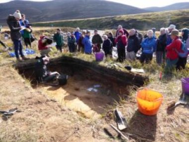 Excavation director Gordon Noble of the University of Aberdeen discusses the excavation with the visitors.