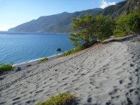Le sentier nous fait passer sur du sable gris