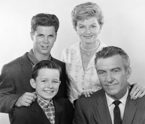 4. Cast photo publicity shot Tony Dow and Barbara Billingsley (back) and Jerry Mathers and Hugh Beaumont (front)