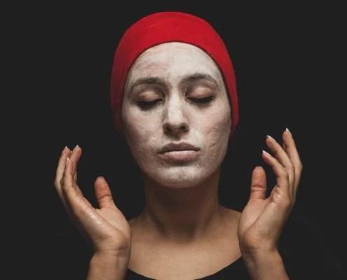 acné : faire un masque léger à l'argile