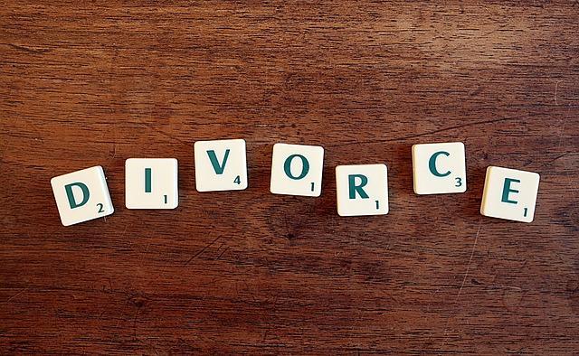 divorce avec lettres du jeu  scrabble
