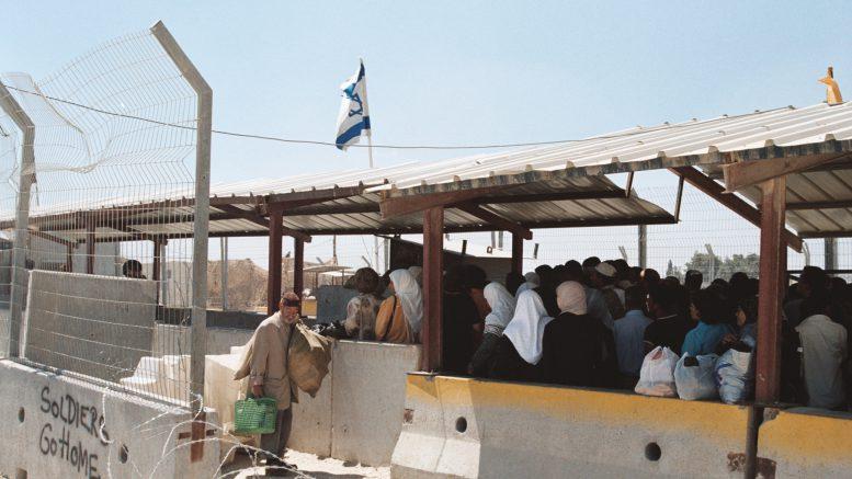 Een checkpoint in Ramallah. Beeld: Wikimedia