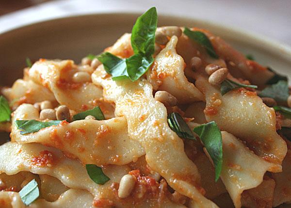 Tagliatelle und Pesto