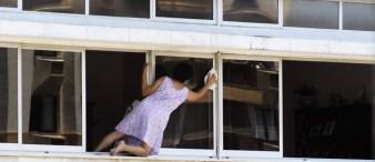 mulher-se-arrisca-para-limpar-janela-de-predio-na-gavea-foto-do-leitor-helmut-hossmanneu-reporter