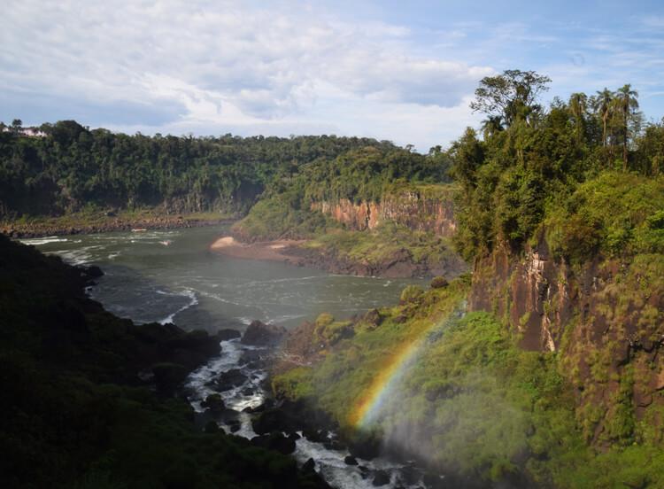 Chutes Iguazu arc-en-ciel-vue