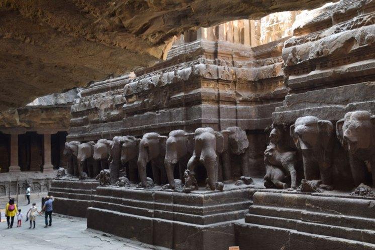 grottes-ellora-kailasanatha-elephants