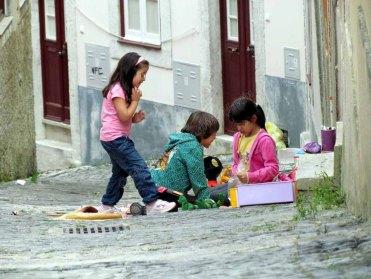 Lisbonne - Centre - Au hasard des rues, les enfants jouent dans la rue