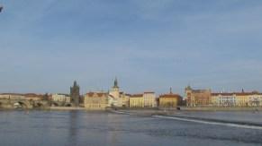 Prague - Rivière Vltava, depuis la rive, Pont Charles