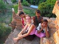 Bagan - Sur le chemin, coucher du soleil, avec les enfants qui étaient nos guides