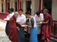 Environs de Mandalay - Amarapura - Monastère 'Maha Ganayon Kyaung', défilé de moine pour la distribution du déjeuner