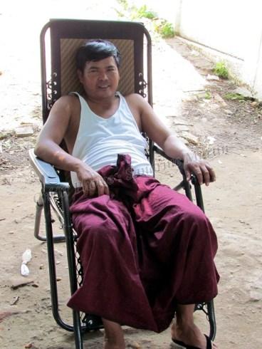 Environs de Mandalay - Momo notre chauffeur et guide, franco-birman avec la tradionnelle 'jupe' appelée 'Langui'
