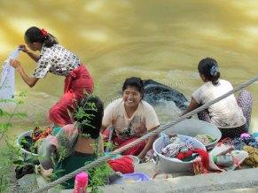 Mandalay - Rivière 'Ayeyarwaddy', lavage du linge