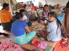 Voyage en bateau sur la Rivière Irrawaddy de Kata à Bhamo, sur le bateau, il faut s'occuper