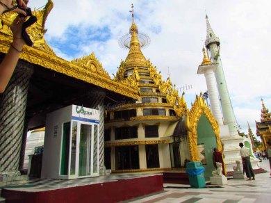 Yangon - Temple 'Shwe Dagon', un distributeur de billets dans le temple !