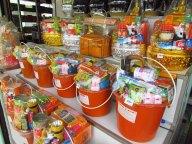 Ayutthaya - Au hasard des rues, magasins, offrandes pour les moines