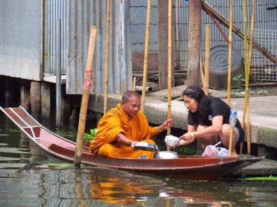 Damnuan Saduak - Marché flottant, donnation de nourriture pour les moines