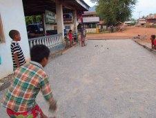 Thakek - The loop - Sur la route du lac 'Kon Leng', pétanque avec des enfants dans un village, ils ont gagné