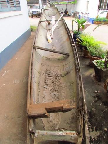 Vientiane - COPE visiter center, bateau fait avec une bombe