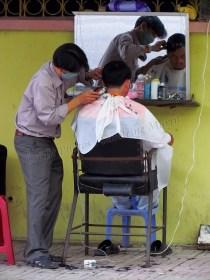 Nha Trang - Au hasard des rues, coiffeur dans la rue