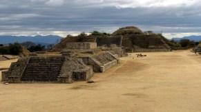 Oaxaca - Monte Alban, Edificio I, G, H y plataforma sur