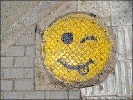 Oulan-Bato<r - Au hasard des rues, bouches d'égouts 'smiley'
