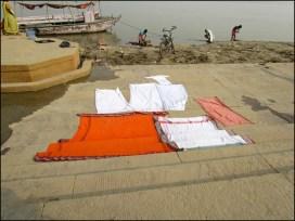 Varanasi - Ghat, séchage du linge sur la jetée