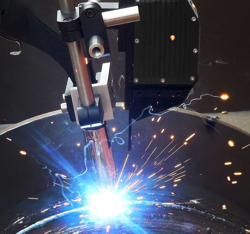 Laser sensor guiding the torch while MIG welding a pipe