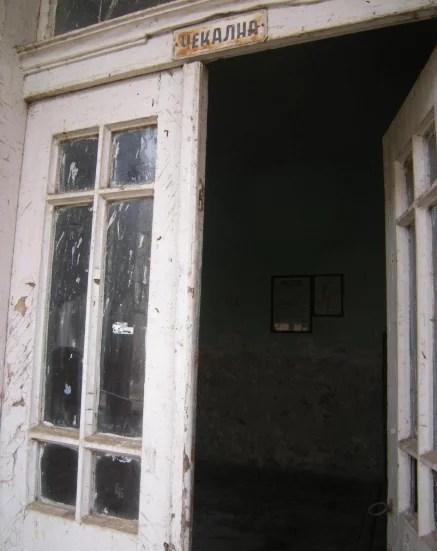 """Hyrje në dhomën e pritjes në stacionin hekurudhor """"Rajko Zhinzifov"""" në hekurudhën Shkup-Veles"""