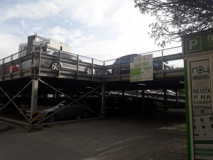 Garazhet e parafabrikuara janë disa herë më të lira, mund të çmontohen nëse nuk duhen, dhe të sigurojë numër më të madh hapësirash parkimi; Foto: Bojan Blazevski.