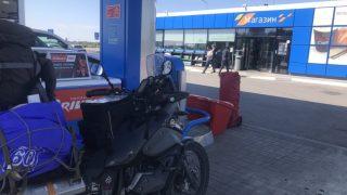 ロシアのガソリンスタンドで給油