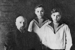 Николай Рерих с сыновьями