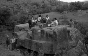 Imagen 5. Familias sobre la escuturar visitandola en su lugar de origen