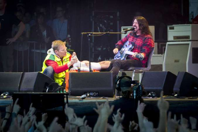 Dave Grohl Breaks his Leg
