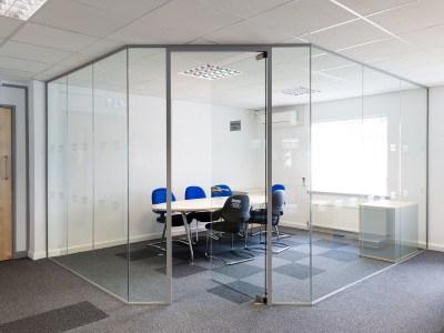 Division interior en vidrio y aluminio