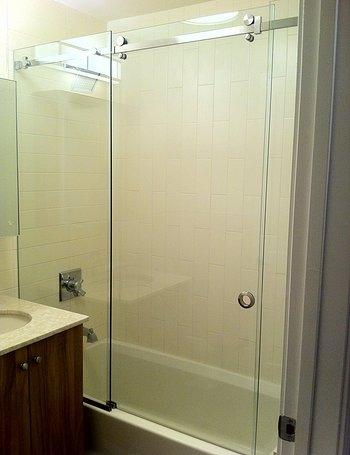 Mampara de baño con puerta deslizante