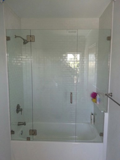 Mampara de baño clear con puerta abisagrada con paneles laterales