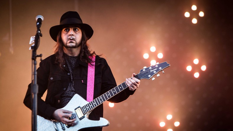 "daron malakian - SYSTEM OF A DOWN Guitarist Remembers Writing 'Chop Suey!': ""I Was a Big Famous Rock Star, Yet I Was Still Living With My Parents'"