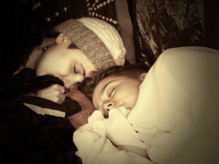 Deux personnes endormies avec des plaids noirs et blancs.
