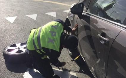 Bakıda yol polisi xanım üçün qollarını çirmələdi - FOTO