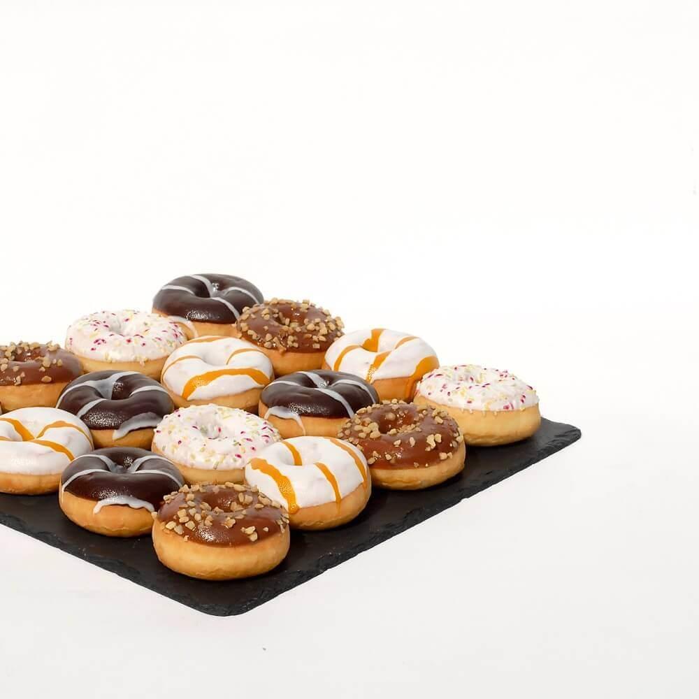 Donuts auf Schieferplatte