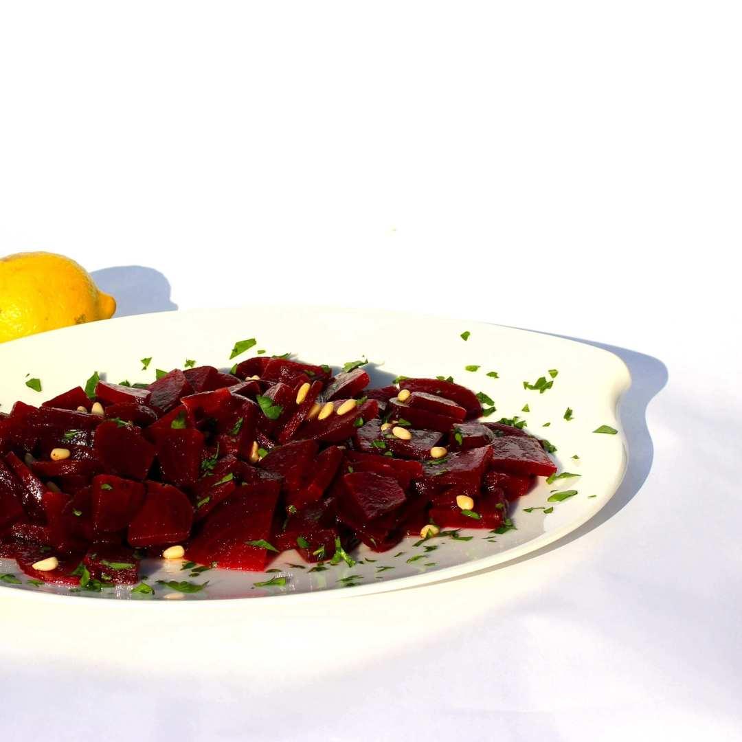 Rote Bete Salat mit Pinienkernen und frischer Petersilie