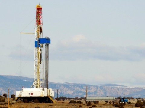 A drilling rig in the Uinta Basin in Utah, with the Uinta Mountains shown in the background. (Photo: WildEarth Guardians/Flickr/cc)