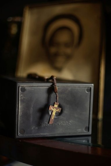 A box holds the remains of Lionel Ferdinand, who died at home of COVID-19. (Kathleen Flynn/ProPublica)
