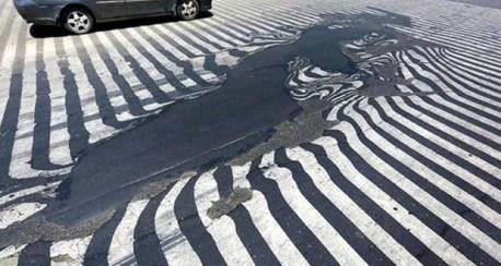 La pintura y capa superficial de las calles han cedido ante el calor