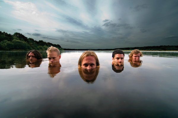 vessels band under water
